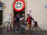 Hinterrad zentriert und Bremse justiert und (!) gutes Brot geschenkt bekommen von Robert (Laden 'Velos', leider nicht auf Bild) und Hochrad zurueck zu Pablo (Good Bikes Valencia) gebracht